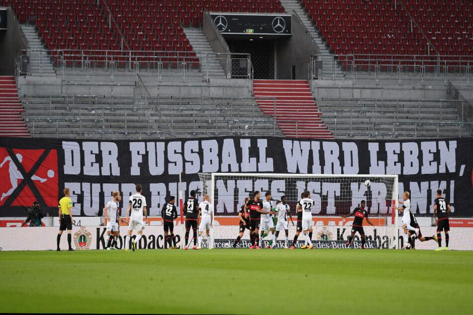 """""""Der Fussball wird leben, euer Business ist krank!"""" stand auf einem Banner in der Mercedes-Benz Arena beim Spiel des VfB Stuttgart gegen den Hamburger SV geschrieben."""