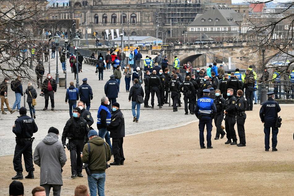 Die Polizei räumte die Brühlsche Terrasse nach der verbotenen Versammlung.