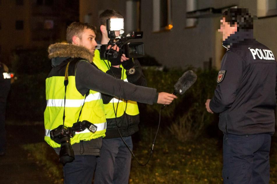 Julian Stähle (l.) und sein Kollege interviewen einen Polizisten. Stähle hofft, auch in Zukunft gut mit der Polizei zusammenarbeiten zu können.