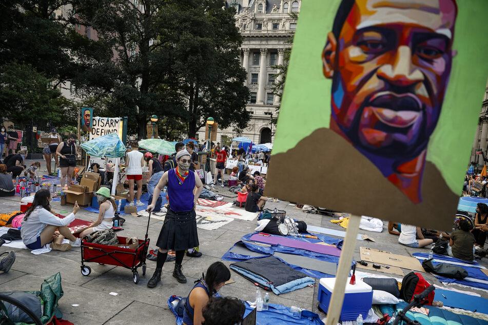 Kunstwerke mit dem Bildnis von George Floyd sind in einem Protestcamp vor dem Rathaus zu sehen. Der unbewaffnete Floyd war am 25. Mai in der Stadt Minneapolis im Bundesstaat Minnesota bei einer brutalen Festnahme ums Leben gekommen.