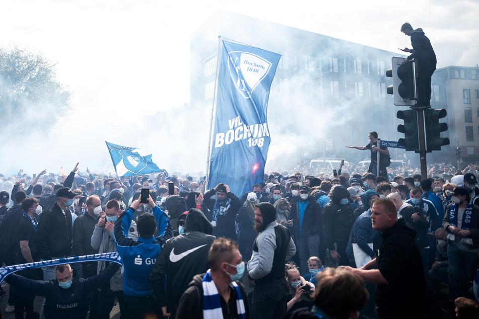 Anhänger des VfL Bochum feierten nach dem Aufstieg der Mannschaft auf der Castroper Straße. Die Polizei rief die Anhänger dazu auf, von den Schildern herunterzukommen.