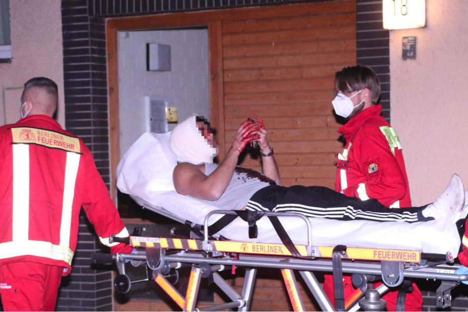 Trotz blutender Verletzungen: Opfer weiterhin mit Handy beschäftigt