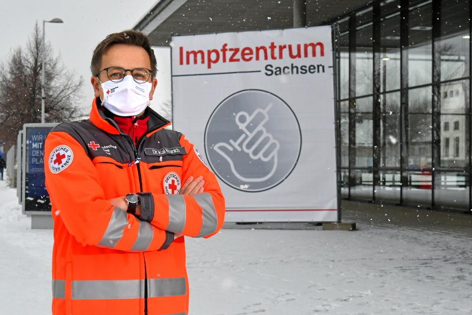 Seit vergangenem Montag im Regelbetrieb: DRK-Sprecher Dr. Kai Kranich (39) vor dem Dresdner Impfzentrum auf der Messe. Bislang wurden hier zumeist Beschäftigte aus dem medizinischen Bereich und Feuerwehrleute geimpft.