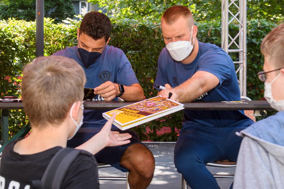 Auch die jungen Fans kamen auf ihre Kosten und holten sich Autogramme von Philipp Hosiner und Sebastian Mai (r.).