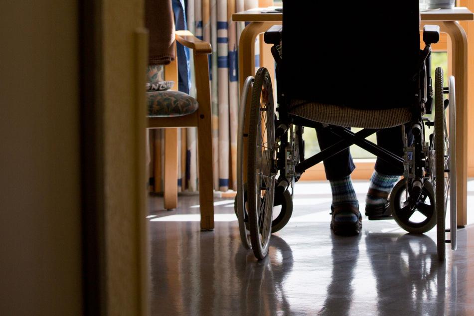 Säugling und Senior misshandelt? Pflegerin vor Gericht