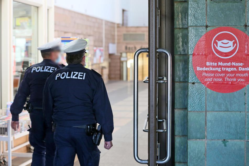 Maskenkontrolle am Zwickauer Hauptbahnhof. Die Bundespolizei kontrolliert, ob die Fahrgäste eine Mund-Nase-Bedeckung tragen.