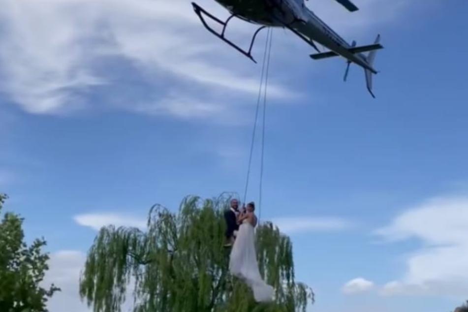 Mit dem Helikopter flogen sie zu ihrer Hochzeitsparty.