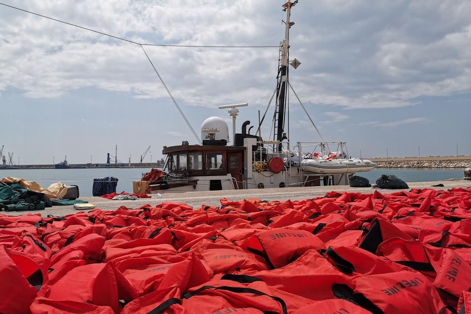 """3. September 2019: Das beschlagnahmte Rettungsschiff """"Eleonore"""" der deutschen Hilfsorganisation Mission Lifeline, liegt im Hafen, im Vordergrund liegt ein Teil der 104 Rettungswesten der geretteten Migranten."""