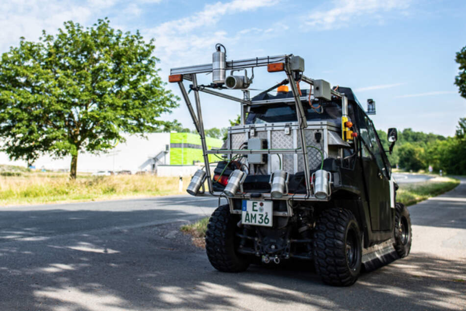 Das Fahrzeug tastet noch bis Herbst im Münsterland mit Hilfe eines Lasers und mehrerer Kameras die Wege ab und erstellt so ein Oberflächenprofil.