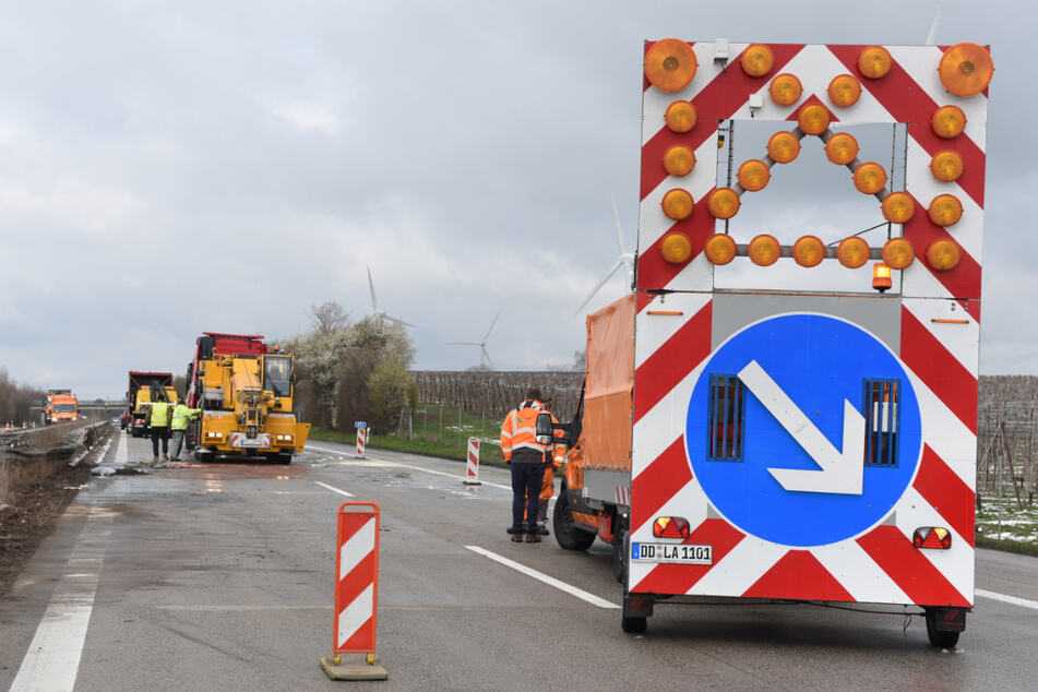Unfall A14: Laster und Transporter stehen nach Unfall quer: Sperrungen auf der A14