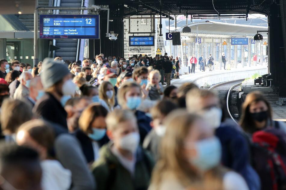Reisende warten im Hamburger Hauptbahnhof auf einen Zug. Die GDL hat ihre Mitglieder zum Streik bei der Deutschen Bahn aufgerufen.
