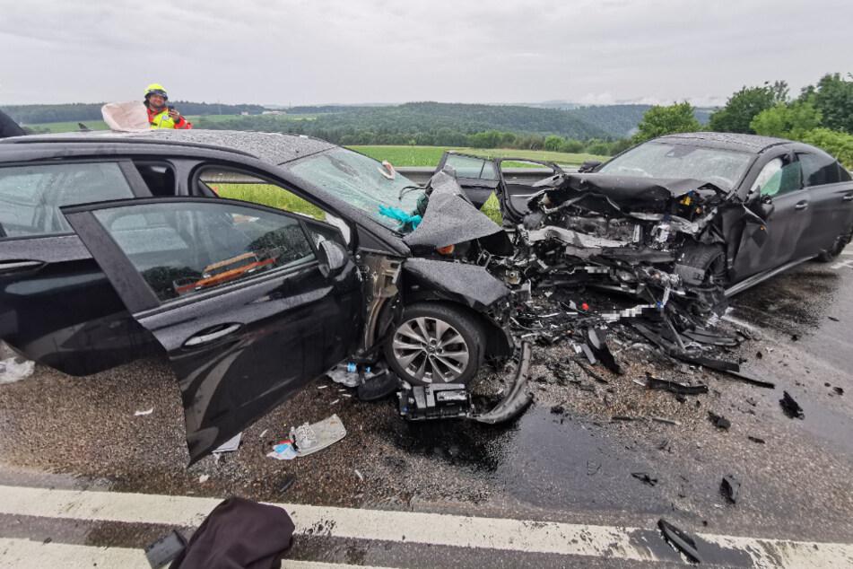 Zwei Autos krachen frontal zusammen: Beide Fahrer in Lebensgefahr