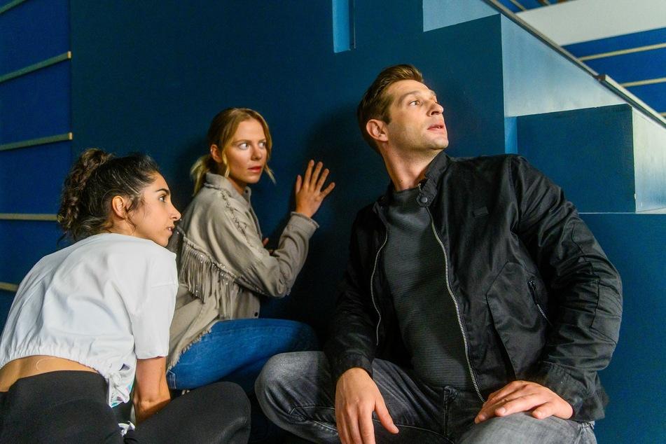 Leyla (l.), Marie und Deniz werden nicht entdeckt, stecken aber in der Eishalle fest.
