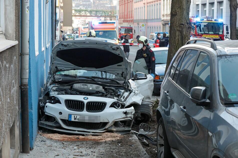 Der weiße BMW M2 musste nach dem Unfall abgeschleppt werden. Die Fahrerin (28) wurde in eine Klinik gebracht.