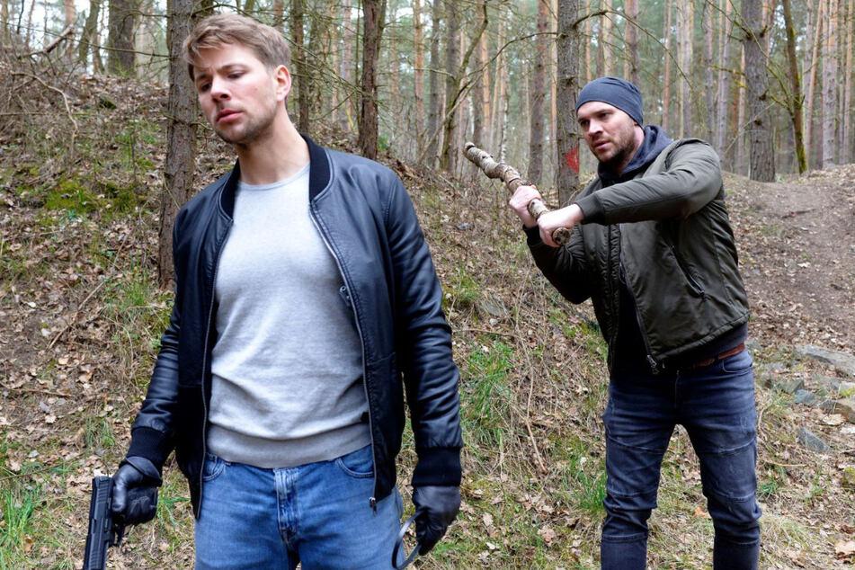 Rettung in letzter Sekunde: Erik (r.) schafft es, Bastian zu überwältigen.