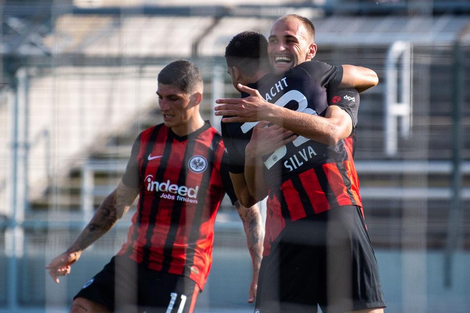 André Silva (m.) bejubelt sein Tor zum 1:0 in den Armen von Sturmkollege Bas Dost, der das 2:0 erzielte.