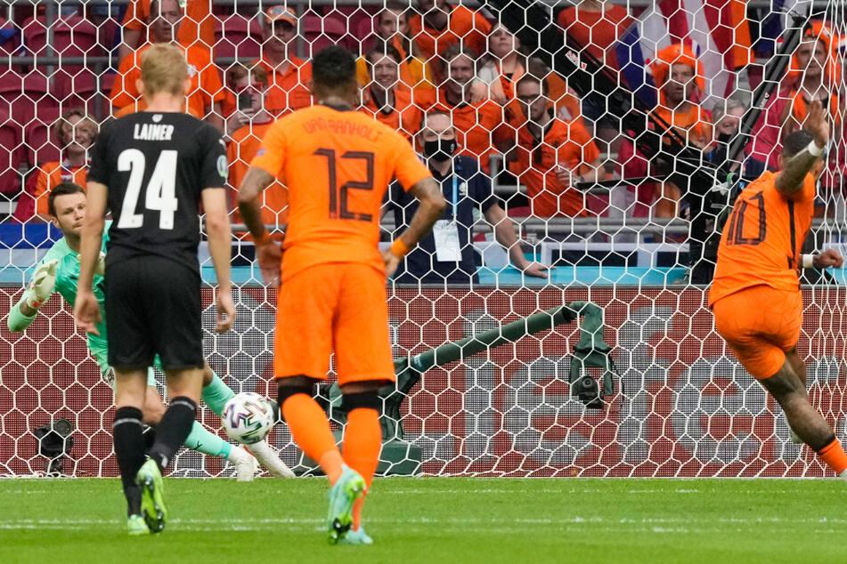 Memphis Depay (rechts) trifft vom Elfmeterpunkt zur holländischen Führung. Österreichs Keeper Daniel Bachmann ahnte die Ecke, konnte den platzierten Schuss ins Eck aber nicht stoppen.