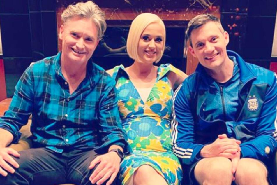 Katy Perry mit Hughesy and Ed, in deren Podcast sie die drastische Maßnahme ihrer Eltern im Hinblick auf das Coronavirus und ihre Schwangerschaft verriet.