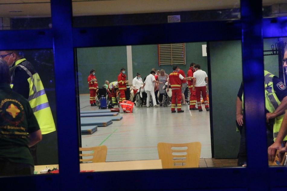 Die 38 geretteten Menschen wurden vorübergehend in einer Sporthalle untergebracht.