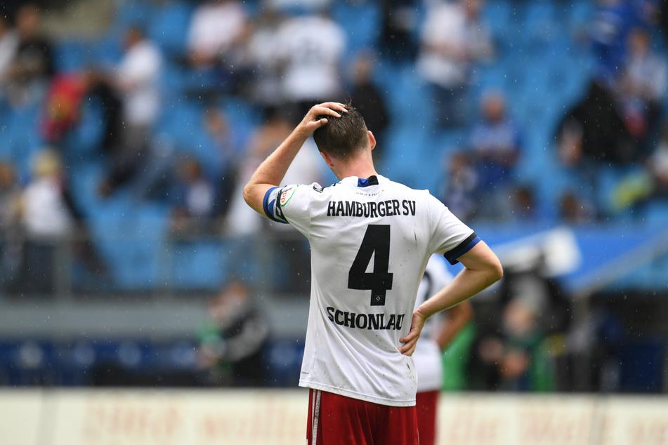 Enttäuschung bei HSV-Kapitän Sebastian Schonlau (26) nach Abpfiff. Das Heimspiel gegen Dynamo Dresden hätten die Rothosen gewinnen müssen.