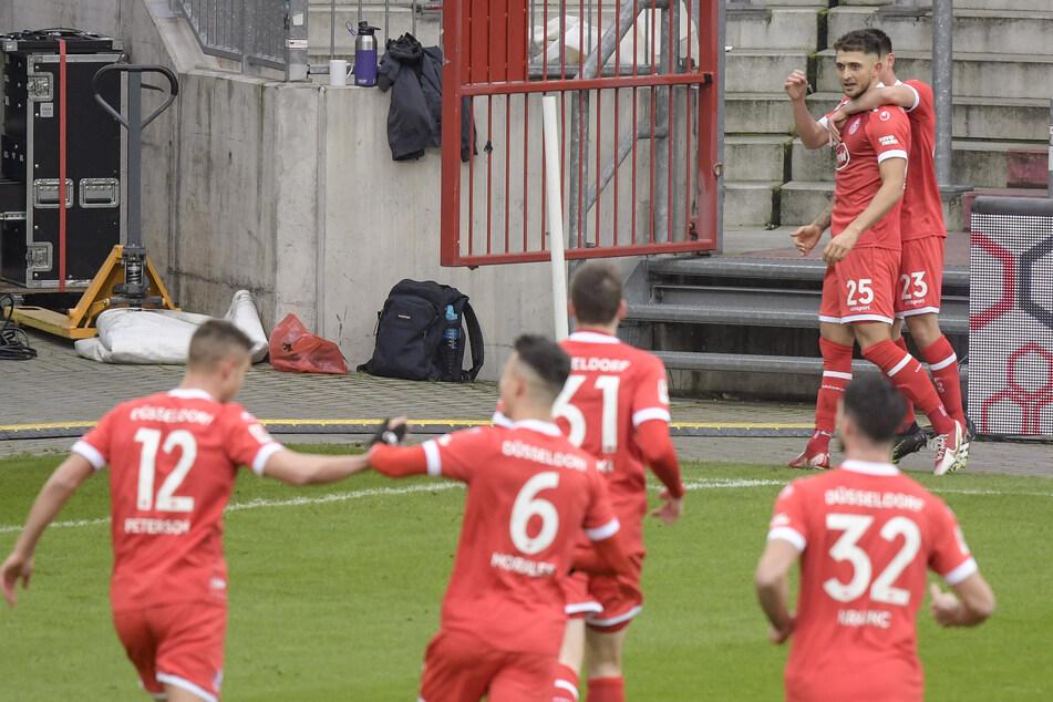 Die Spieler von Fortuna Düsseldorf feiern Matthias Zimmermann (hinten) nach seinem Treffer gegen den FC St. Pauli.