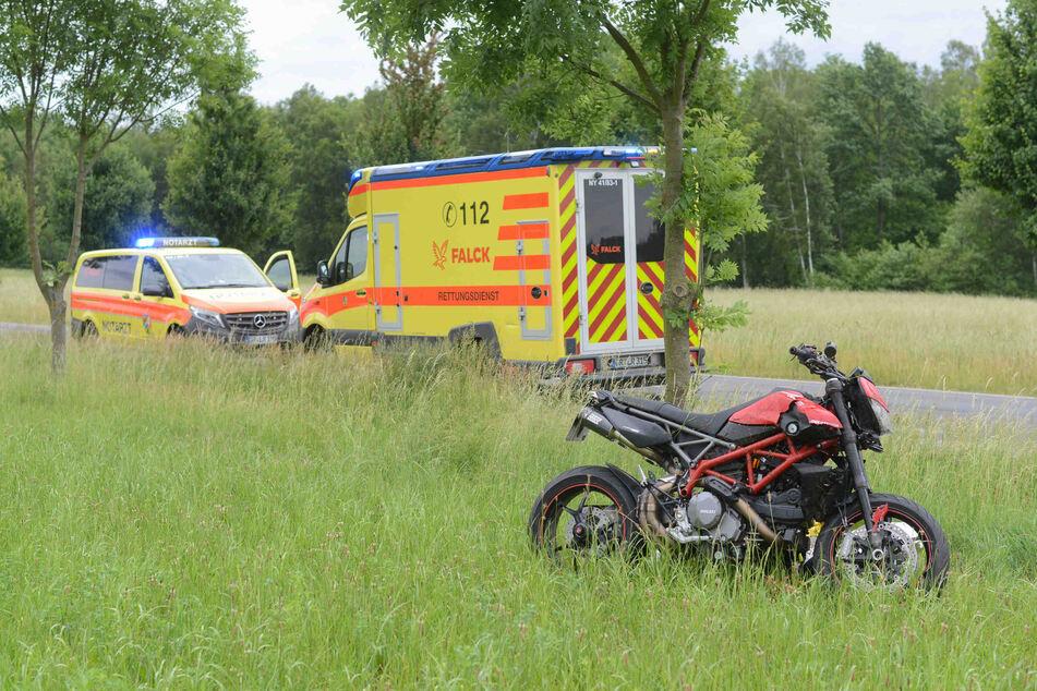Die Ducati blieb abgesehen von ein wenig Blechschaden scheinbar weitestgehend heil, ihr Fahrer dagegen erlitt unter anderem einen Oberschenkelbruch.