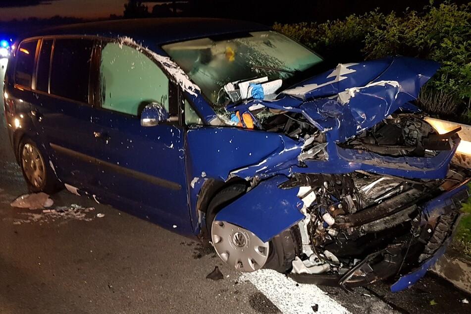 Bei dem blauen VW Touran handelt es sich um einen Totalschaden.
