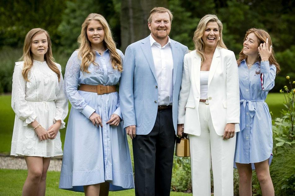 König Willem-Alexander der Niederlande (M), seine Frau Königin Maxima (2.v.r) sowie die gemeinsamen Töchter Prinzessin Ariane (l), Prinzessin Catharina-Amalia (2.v.l) und Prinzessin Alexia (r).