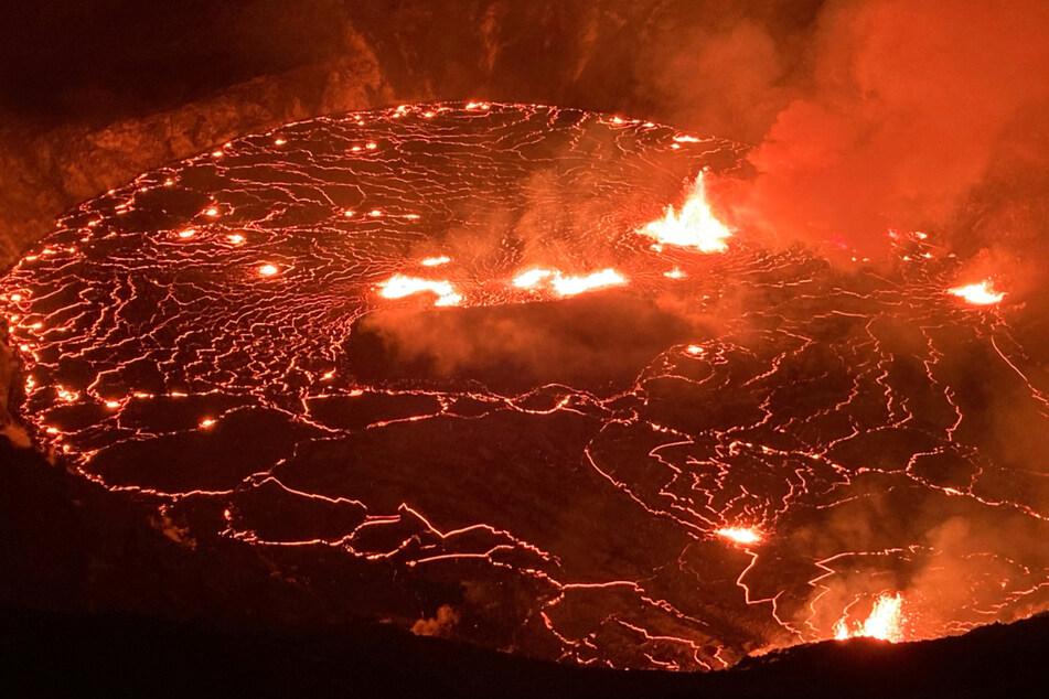 Hawaii's Kilauea volcano spews lava in full swing eruption!