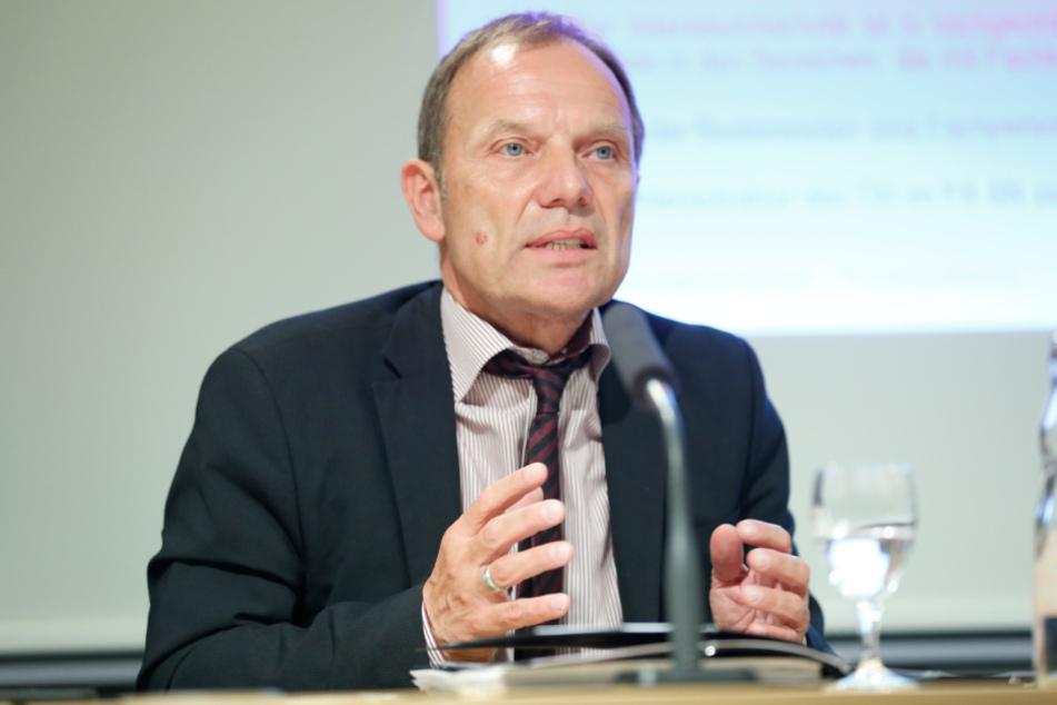 Staatssekretär Hartmut Mangold (63)