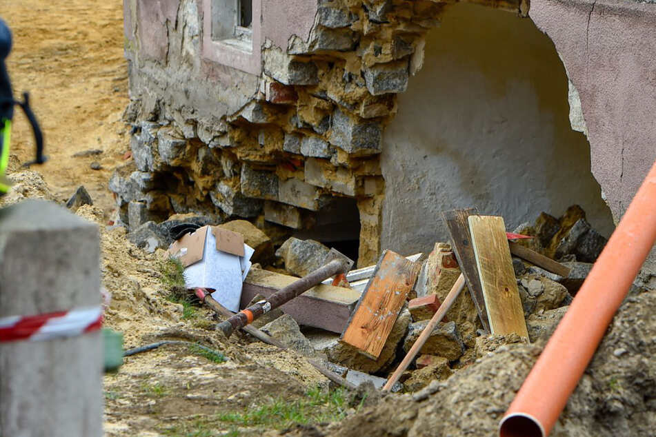 Tod während Bauarbeiten: Mann wird von einstürzender Kellermauer lebendig begraben