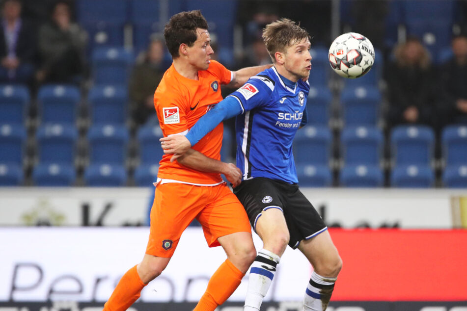 Patrick Weihrauch (r.) schirmt den Ball gegen Aues Clemens Fandrich ab.