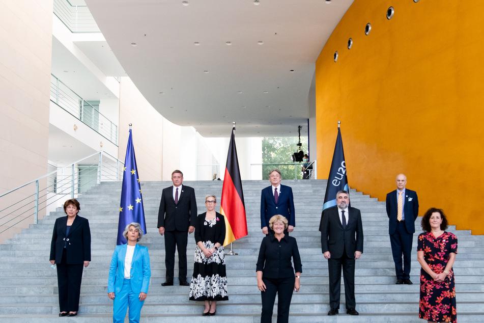Monika Grütters (1. Reihe M, CDU), Staatsministerin für Kultur und Medien, steht zusammen mit den EU-Kulturministerinnen und Kulturministern (1. Reihe, l-r) Graca Fonseca (Portugal), Ingrid van Engelshoven (Niederlande), (2. Reihe. l-r) Roselyne Bachelot-Narquin (Frankreich), Sam Tanson (Luxemburg), José Manuel Rodriguez Uribes (Spanien), sowie (3. Reihe, l-r) Jan Jambon (Belgien), Vasko Simoniti (Slowenien) und Jarosław Pietras (Generaldirektor für Umwelt, Bildung, Verkehr und Energie im Ratssekretariat der EU) im Bundeskanzleramt in Berlin für ein Gruppenbild zusammen.