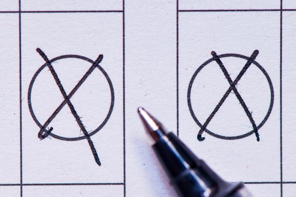 Auf einem Stimmzettel sind zwei Kreuze zu sehen. Die Vereine in Bayern dürfen sich wegen der Corona-Pandemie derzeit nicht treffen. (Symbolbild)
