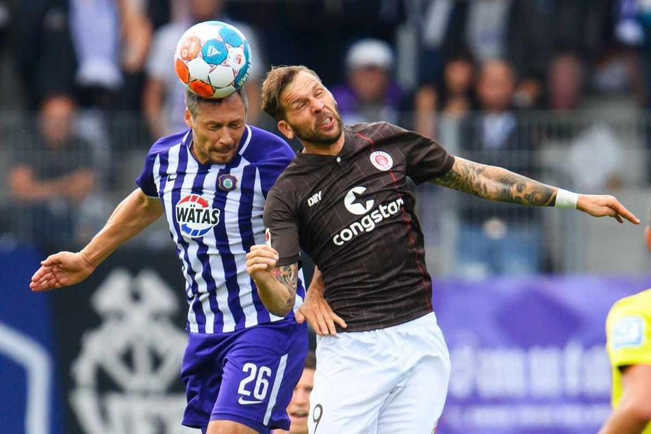 Guido Burgstaller (32) kämpft mit Sören Gonther (34) im Luftduell um den Ball.