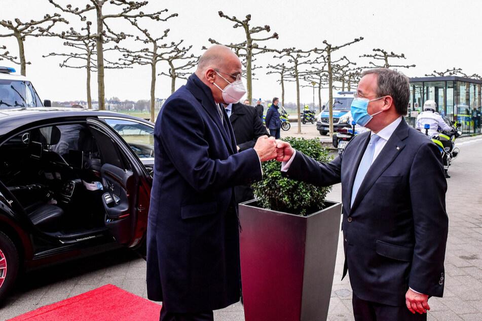 NRW-Ministerpräsident Armin Laschet (60, CDU, r.) empfing den griechischen Außenminister Niko Dendias (61) am Dienstag in Düsseldorf.