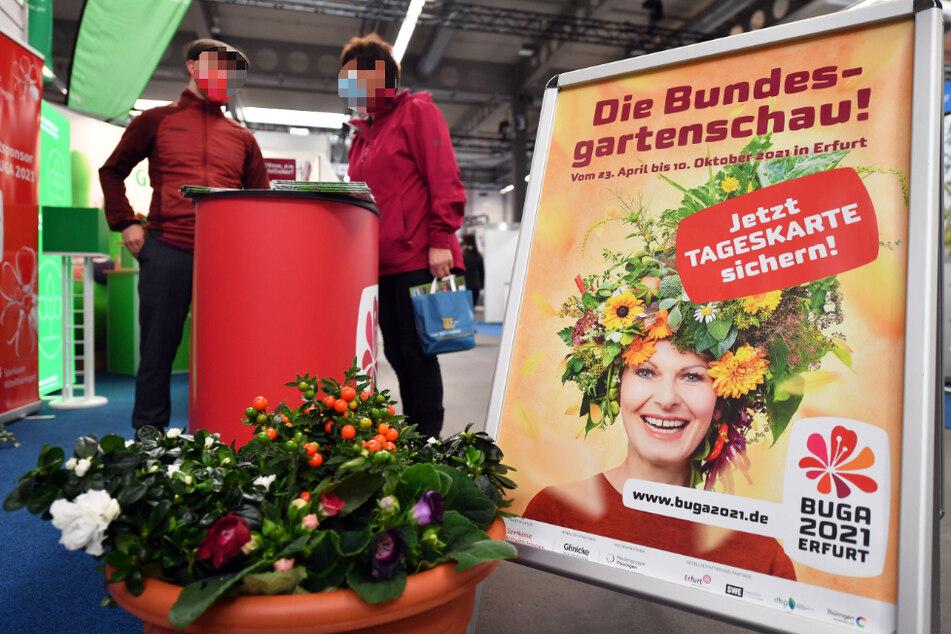 """Für den Besuch der Bundesgartenschau in Erfurt 2021 wird in einer Ausstellungshalle der Messe """"Reisen und Caravan"""" geworben."""