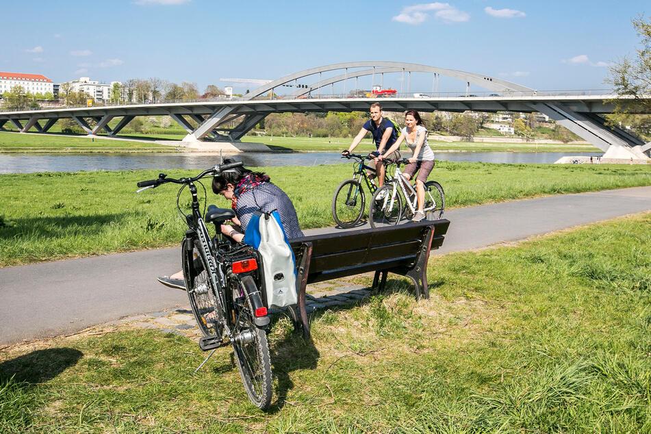 """Gerade im Sommer ist auf dem Elberadweg viel los, der Bau einer """"zweiten Spur"""" kommt aber nicht voran."""