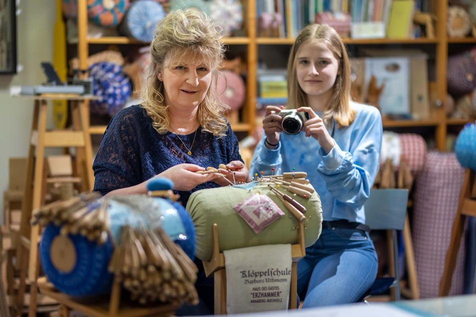 Manuela Fischer (55) dreht mit ihrer Tochter Anna-Maria (14) erfolgreiche Klöppel-Videos.