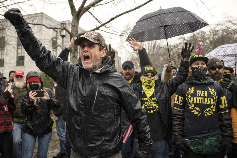 Demonstranten konfrontieren die Bereitschaftspolizei, als sie sich in Salem vor dem Kapitol versammeln. Tausende von Anhängern von Präsident Donald Trump verursachten Gewalt und Chaos in Washington, während der Kongress versuchte abzustimmen, um zu bestätigen, dass der gewählte Präsident Joe Biden die Wahl gewonnen hat.