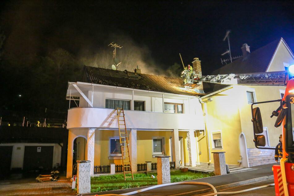 Ein Feuer in einem angrenzenden Holzschuppen schlug am Samstagmorgen auf ein Wohnhaus über.