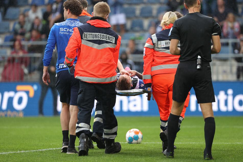 Bittere Szenen: Bielefelds Jacob Barrett Laursen musste verletzt vom Platz getragen werden.