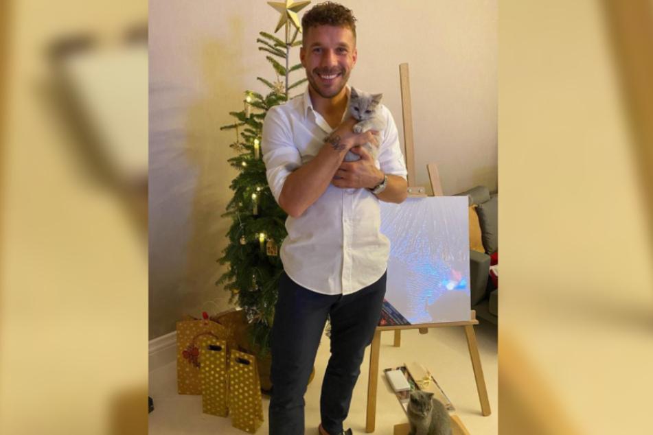 Familienzuwachs im Doppelpack: Fußballer Lukas Podolski (35) wurde an Weihnachten Katzen-Papa und stellte die neuesten Familienmitglieder bei Instagram vor.