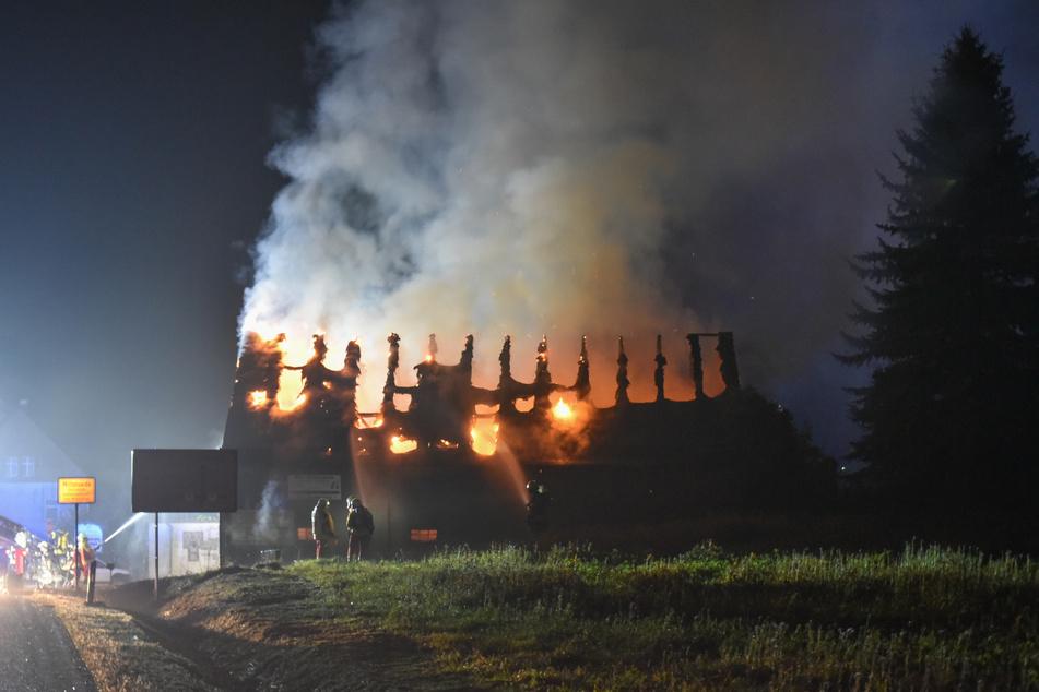 Der Dachstuhl des Anbaus brannte komplett aus.