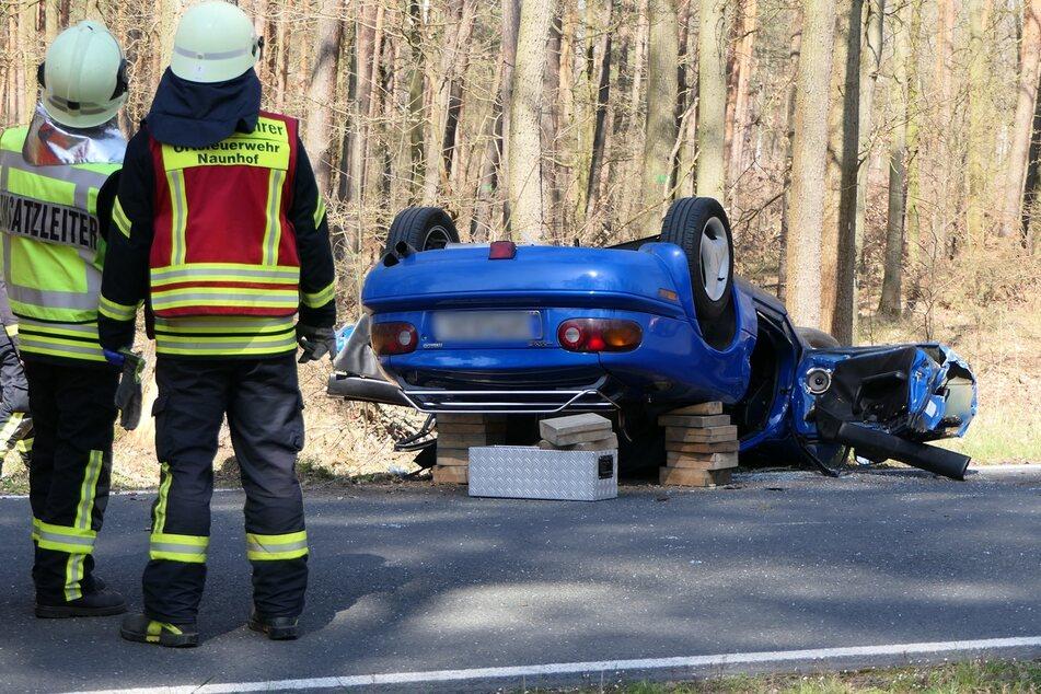 Auto überschlägt sich: Fahrer muss durch Feuerwehr befreit werden