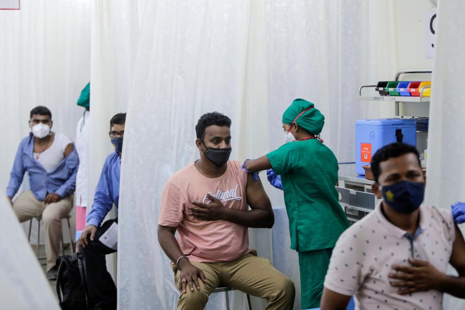 Mumbai: Patienten werden gegen das Coronavirus geimpft. Indien hat Brasilien als Land mit den zweitmeisten Corona-Infizierten weltweit überholt.