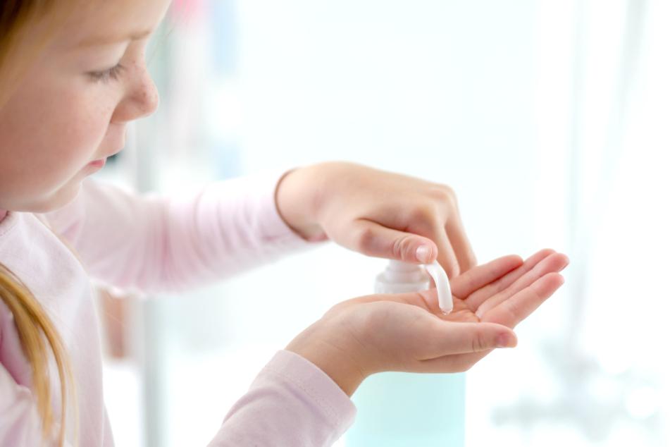 Durch die Corona-Pandemie nutzen mehr Menschen Desinfektionsmittel (Symbolbild).