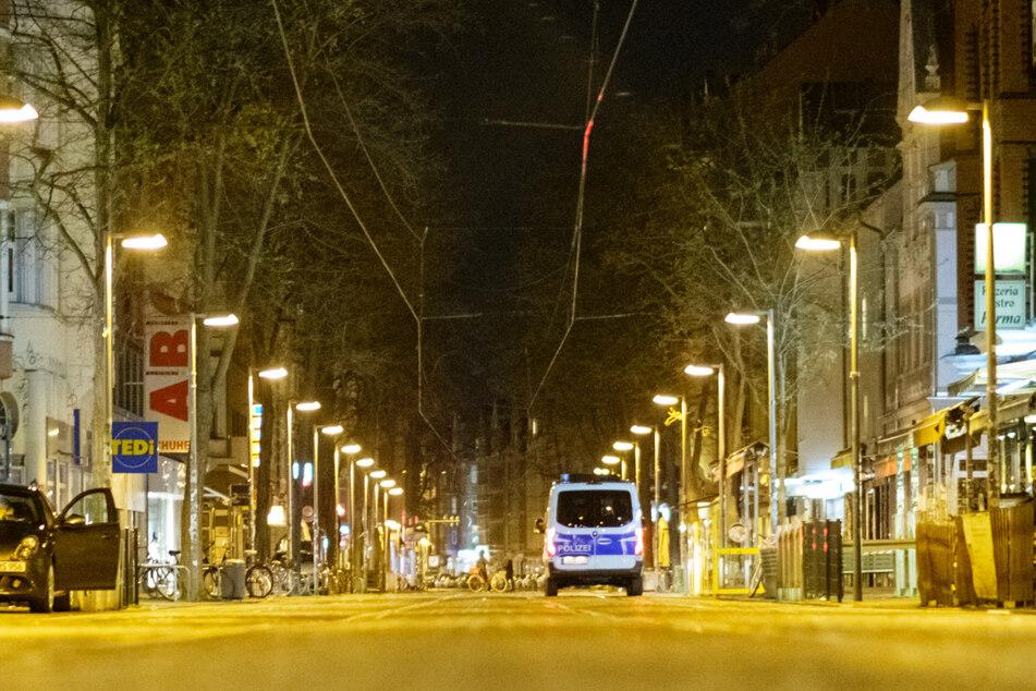 Die Polizei kontrolliert auf der sonst belebte Limmerstraße die Einhaltung der nächtlichen Ausgangssperre. (Archivbild)