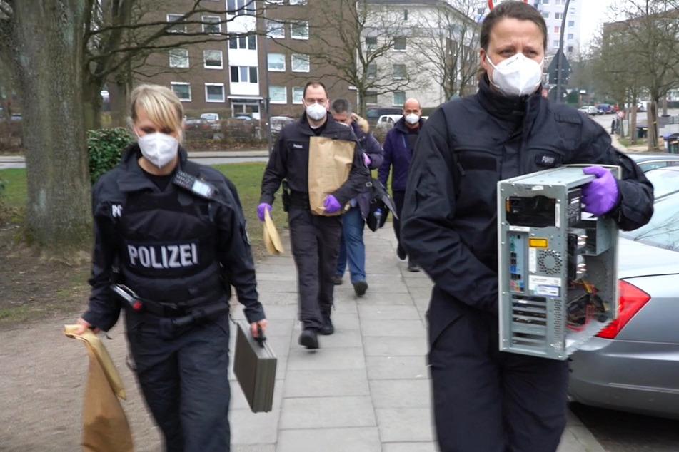 Beamte sichern in Hamburg-Lohbrügge Beweismittel aus einer Wohnung.