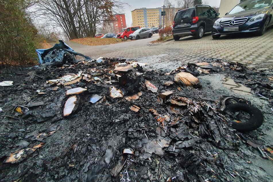 Im Dezember vergangenen Jahres brannten mehrere Mülltonnen in der Chopinstraße. Die Polizei schnappte damals Tatverdächtige (20). Dieselbe Frau soll nun wieder gezündelt haben - diesmal in Helbersdorf. (Archivbild)